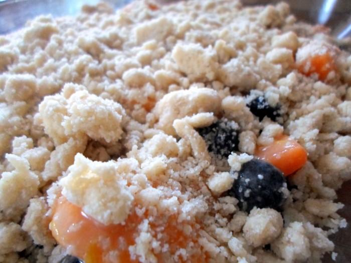 iguaria-crocante-pessegos-mirtilos-deitar-crumble