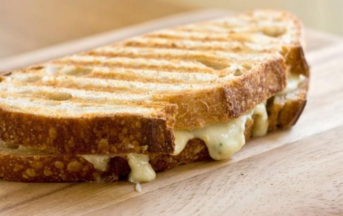 tosta-de-queijo-e-alho