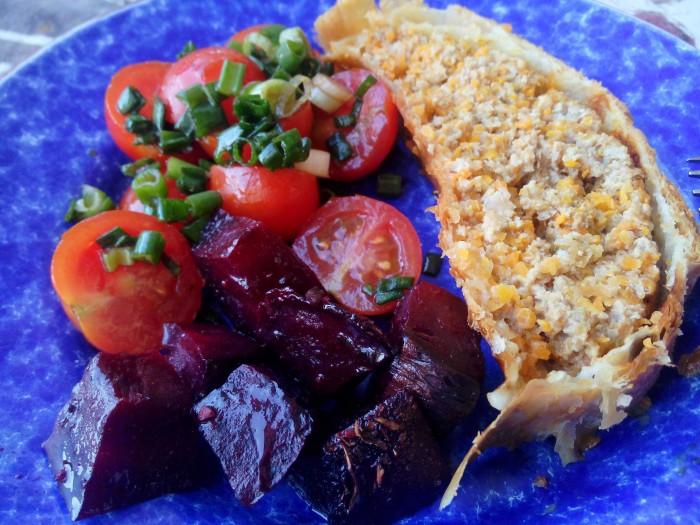 Rolo-de-Carne-Folhado-com-Salada