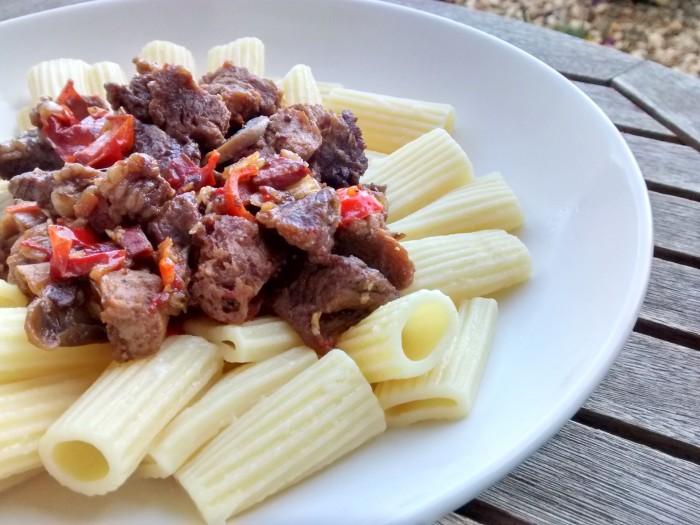 Carne-Soja-Estufada-Macarrao