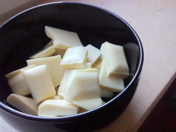 Iguaria_Partir-Chocolate-Branco-em-Cubos