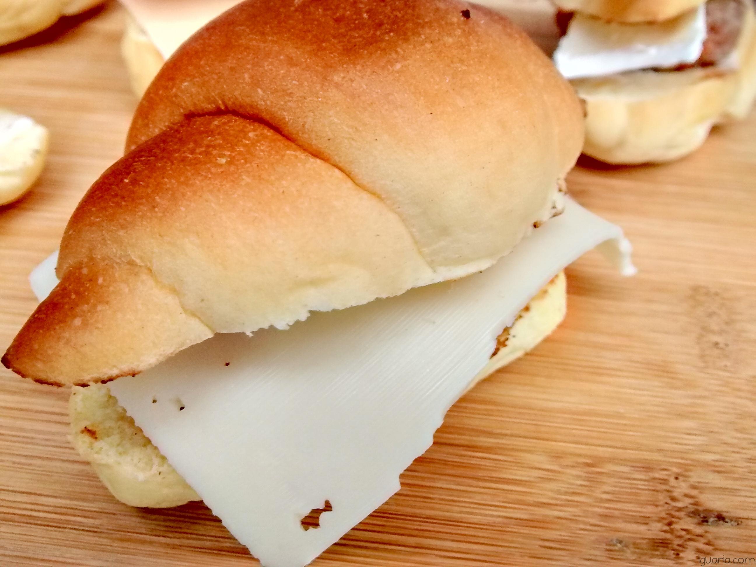 Iguaria_Mini-Hamburguer-num-Croissant