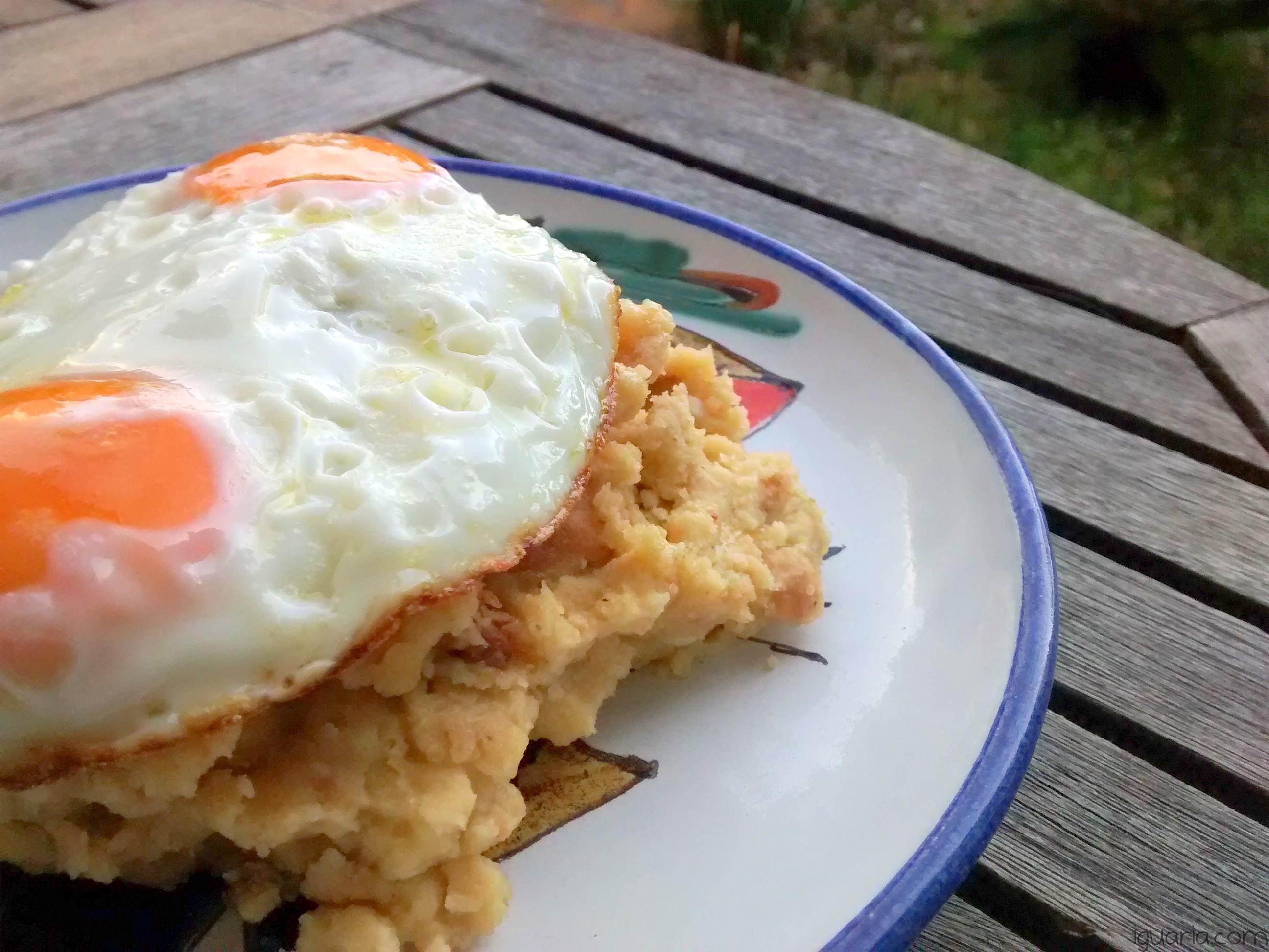iguaria-ovos-fritos-com-migas-de-milho