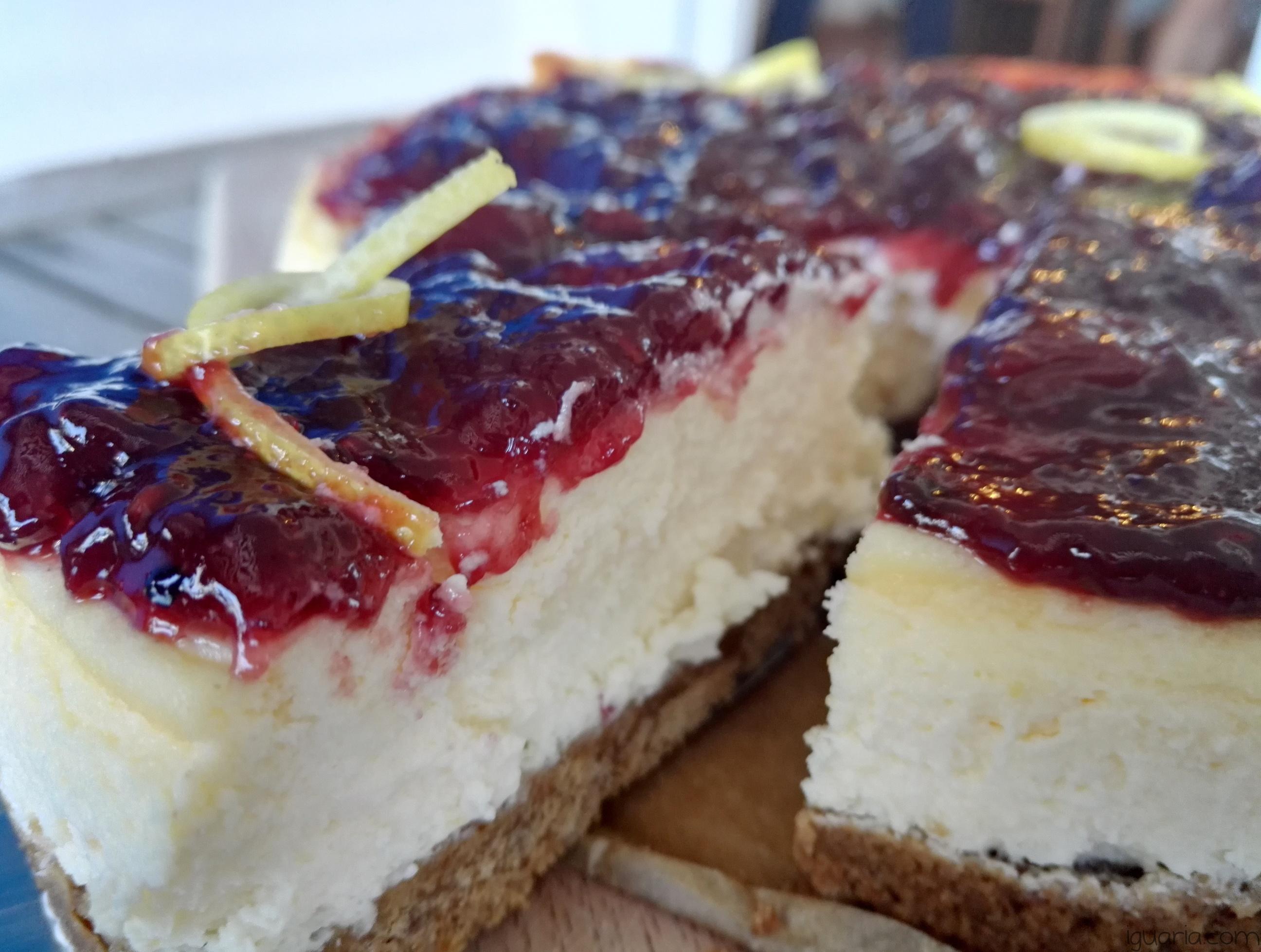 iguaria-bolo-de-queijo-creme-e-frutos-silvestres