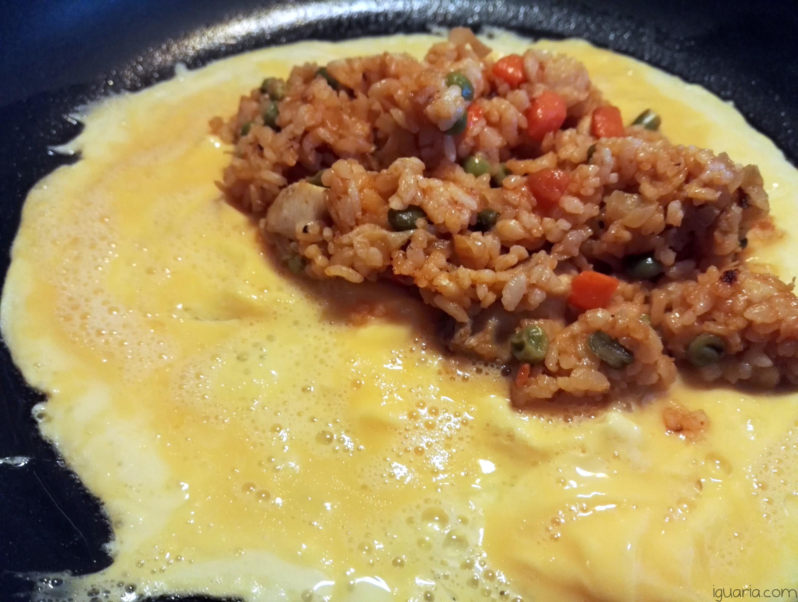 iguaria-dispor-arroz-em-cima-ovo