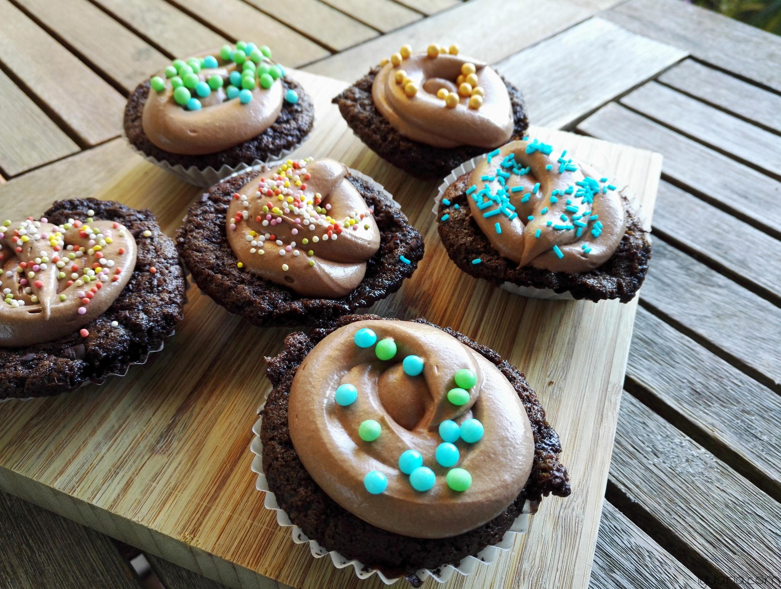 iguaria-queques-cobertos-de-chocolate